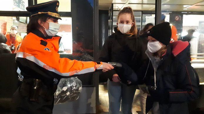 Korpschef Patrice De Mets deelde mee mondmaskers uit.