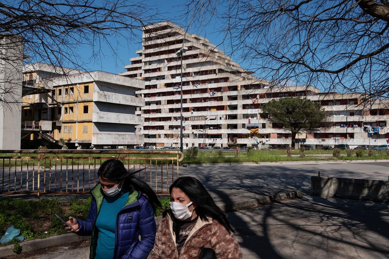 Het zeilvormige Le Vele-gebouw in de Napolitaanse buitenwijk Scampia,  het naar riool stinkende symbool van een Napels waarvan iedereen zo vurig hoopte dat het eindelijk verleden tijd was.