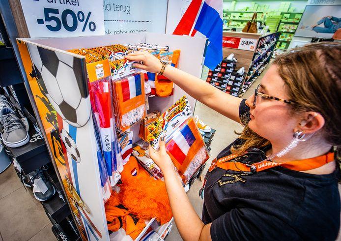 Oranje-artikelen gaan in de uitverkoop of worden uit de schappen van winkels gehaald in Breda na het verlies van oranje op het EK.