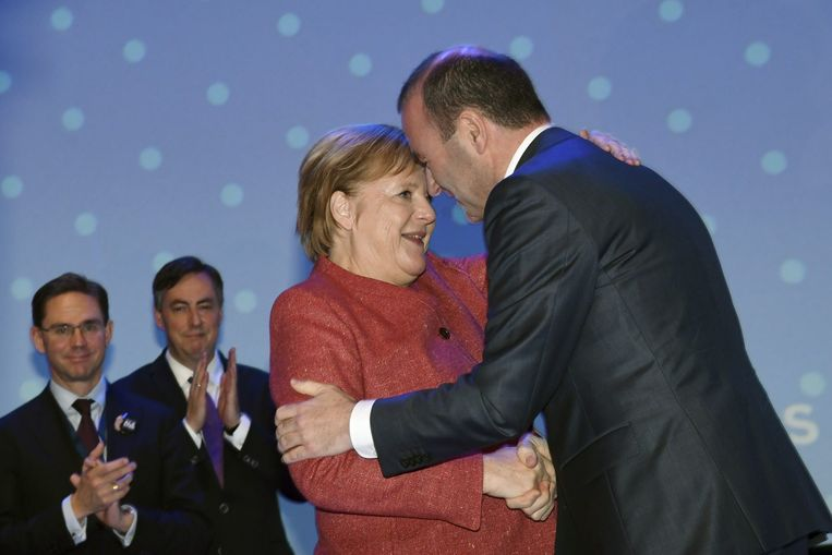 Manfred Weber wordt gefeliciteerd door Angela Merkel.  Beeld AFP
