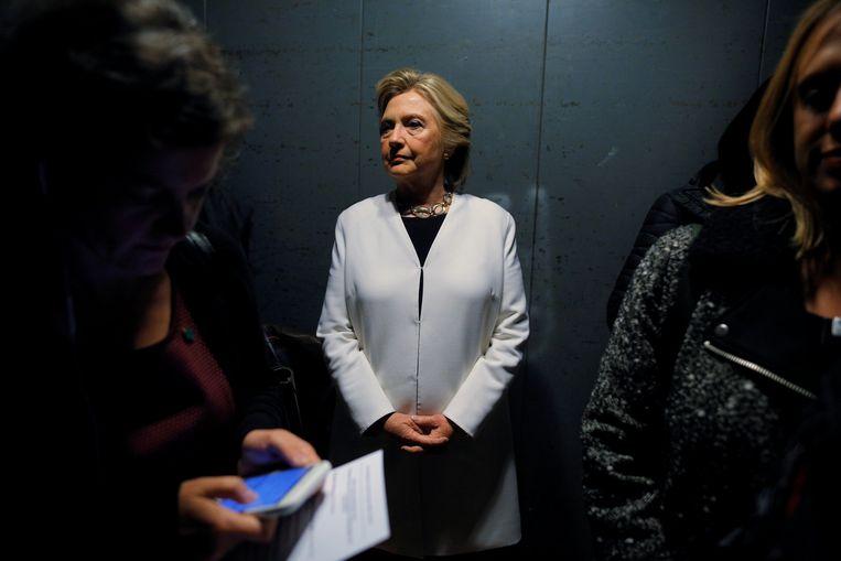 Clinton in een lift vlak voor ze in Philadelphia het podium opgaat. In de laatste peilingen staat ze twee tot vier procent voor op Trump.  Beeld REUTERS