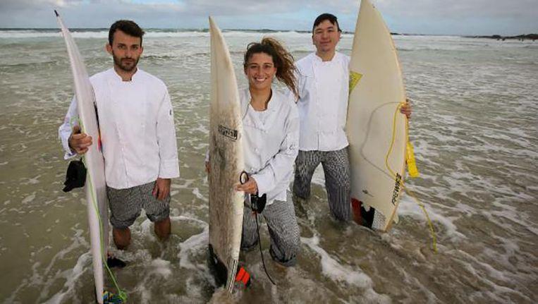 Catherine Vissers (midden) met Umberto Carla en Wei-Sin Chen met surfplank en in koksplunje op Redgate Beach in Margaret River.