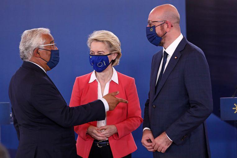 De Portugese premier Antonio Costa (links) praat met Ursula von der Leyen en Charles Michel. Beeld EPA