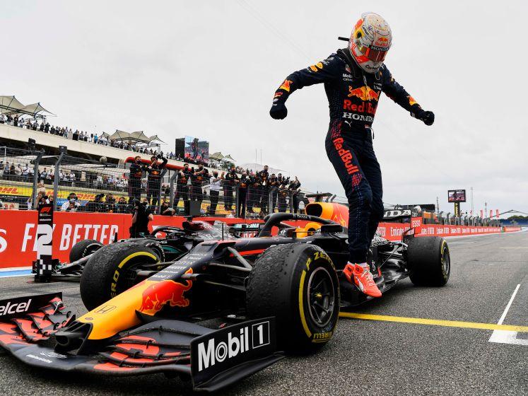 Max Verstappen na inhaalactie op Hamilton eerste op Franse GP