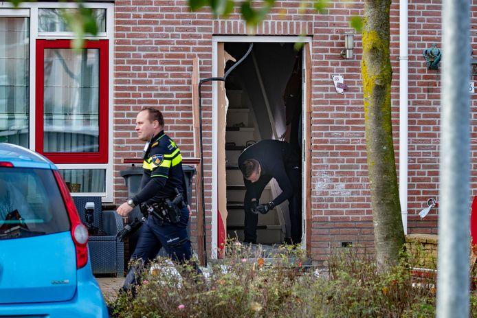 De ravage was groot nadat een vuurwerkbom door de brievenbus was geschoven van een woning op Urk.