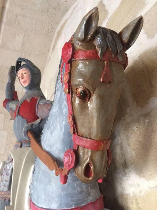 Ook het paard van de drakendoder kreeg een lik verf.
