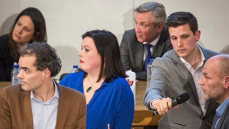 Lijsttrekkers op een kluitje. Moderator Ruben Koops deelt spreektijd uit Beeld Dingena Mol