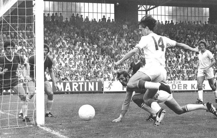 Doelman Ton Thie van FC Den Haag kan de bal alleen nog nakijken na een actie van Cruijff, tijdens Ajax-FC Den Haag in 1971. Beeld anp
