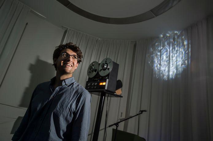 De nieuwe stadscomponist van Tilburg, Mathijs Leeuwis, bij de klankinstallatie met bandrecorders die hij deze zomer in de kelder van De Nieuwe Vorst bouwde.