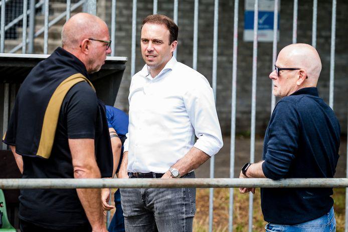 Joris Mathijsen (midden) in gesprek met hoofdtrainer Fred Grim. Rechts kijkt hoofdscout Gerard Wielaert toe.