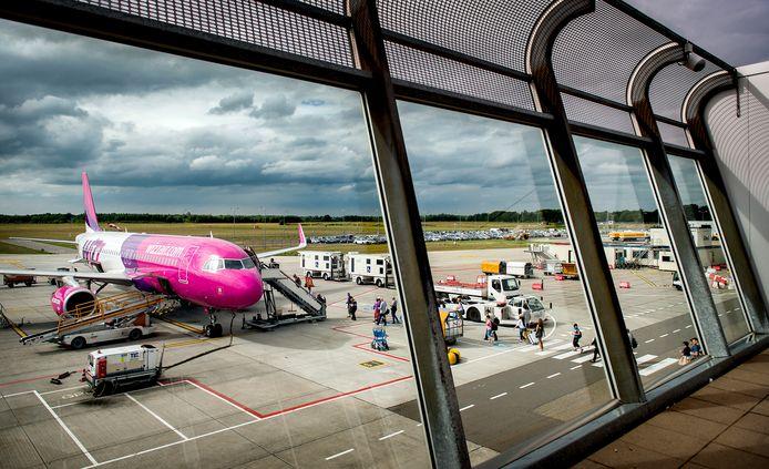 Een vliegtuig van de Hongaarse luchtvaartmaatschappij Wizz Air op luchthaven Eindhoven