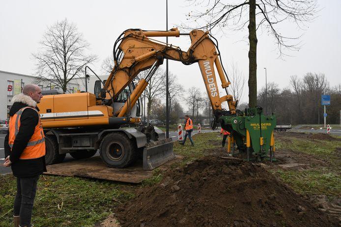 Machinist Martin Heijmans graaft de gaten voor de bomen.