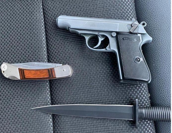 Bij een controle op de N325 bij Beek-Ubbergen heeft de Marechaussee zondag meerdere wapens aangetroffen