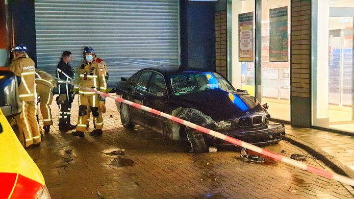 Aan de Zonstraat in de Enschedese wijk Twekkelerveld is maandagavond een auto dwars door het magazijn van supermarkt Lidl gereden.