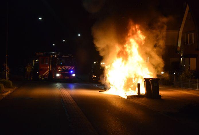 Een BMW ging op de Haareweg in Doetinchem in vlammen op.
