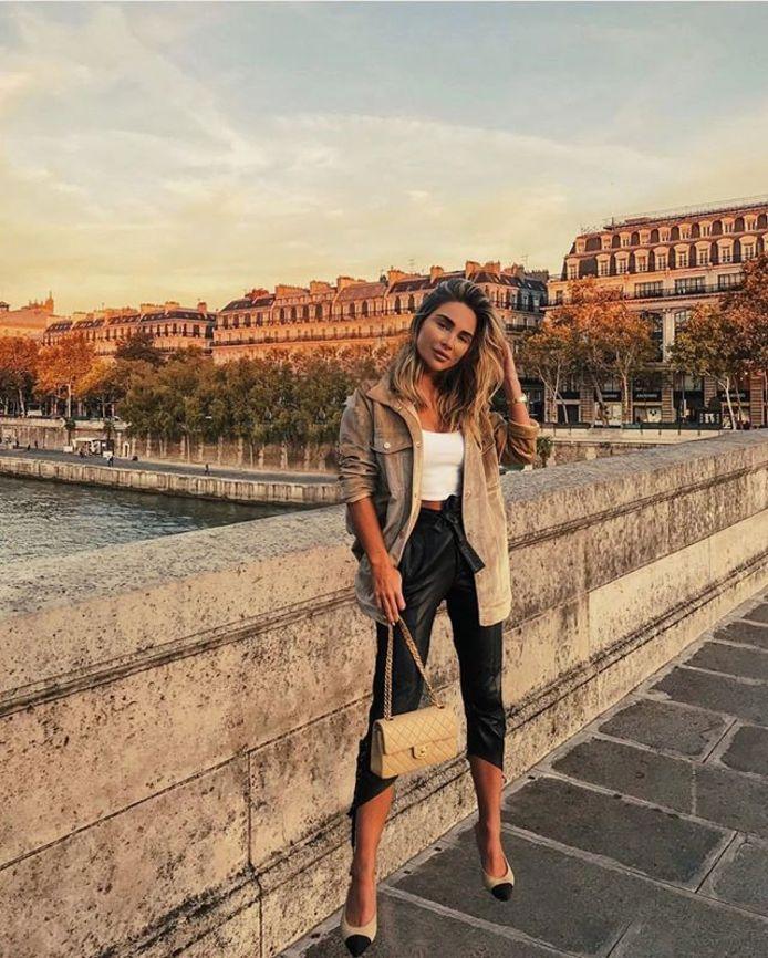 Johanna Olsson zweeft boven een brug in Parijs.