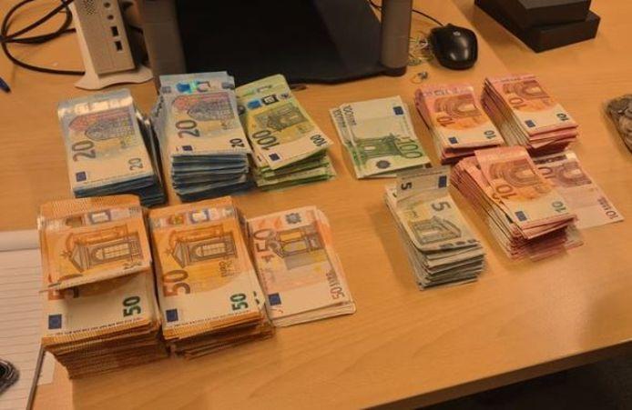 Het grote contante geldbedrag dat de aangehouden Belg bij zich had op de A12 bij Zevenaar.
