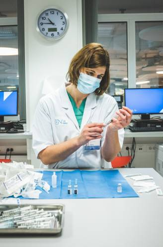 """Hoeveel vaccins heeft België nu eigenlijk al gekregen? Niemand die het exact lijkt te weten: """"Dit slaat werkelijk nergens op"""""""