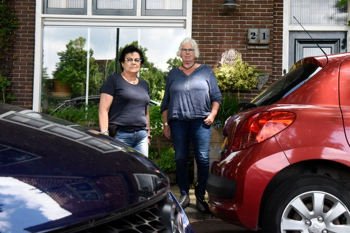 Wil Kooijman (links) en Nel Damen willen niet dat er geparkeerd wordt vlak voor de ramen van hun woonkamers.