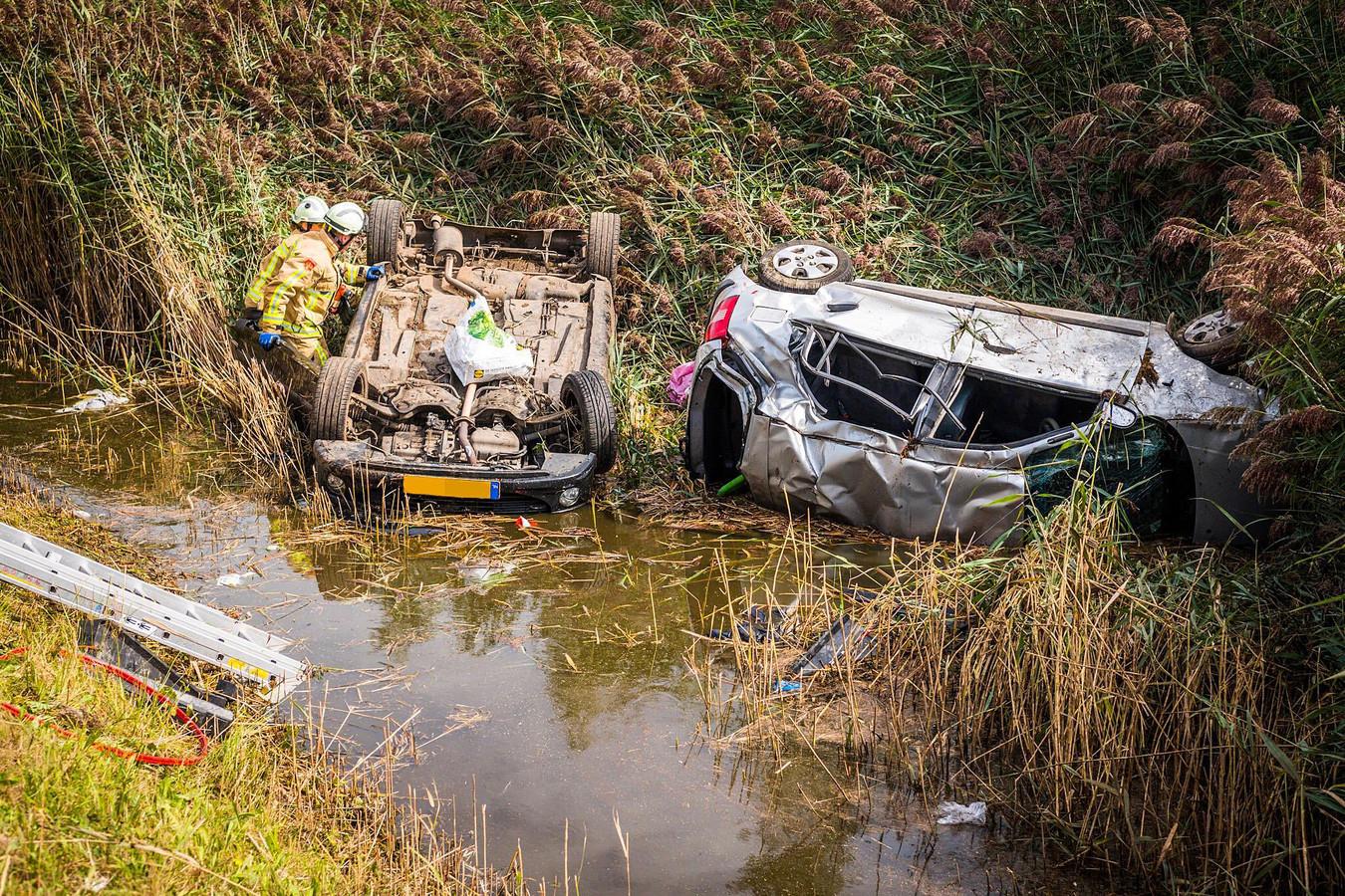 Na een aanrijding op de A50 verdwenen een Peugeot en de Hyundai in de sloot.
