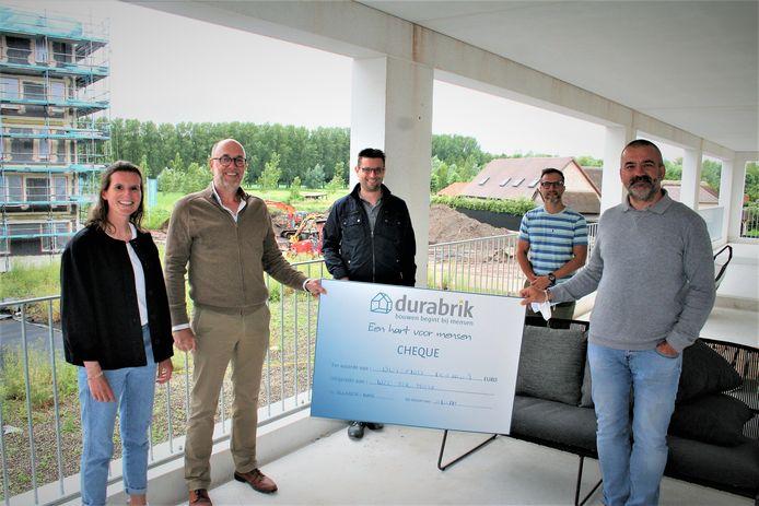 Lara Vandecappelle (Durabrik), Marc Andries (Durabrik), Robby De Caluwé (burgemeester Moerbeke-Waas), Bart D'hanis (WZC Ter Moere) en Stefan Walgraeve, voorzitter Sakura.