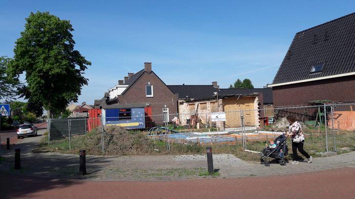 De stilgelegde bouw op de hoek van Hoogstraat en Grenadiersstraat in Heesch.