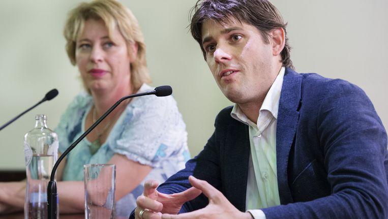 Wethouder Vliegenthart, rechts op de foto, is met het Incassobureau in gesprek over een proef. Beeld anp