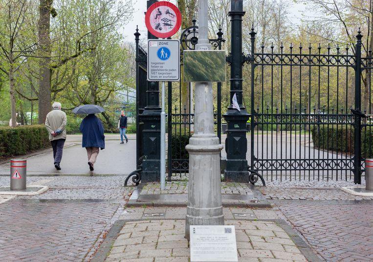 De spiegel en de plaquette bij de ingang Van Eeghenstraat herinneren bezoekers van het Vondelpark eraan hoe kleine stapjes in de Tweede Wereldoorlog leidden tot de concentratiekampen. Beeld Nina Schollaardt