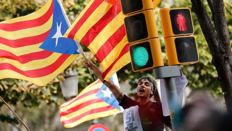 Een jongen demonstreert voor de Catalaanse onafhankelijkheid na de arrestatie van ambtenaren door de Spaanse regering, woensdag. Beeld afp