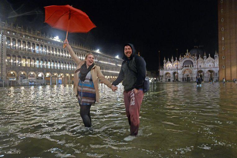 Toeristen in Venetië. Ingenieurs bouwen nieuwe sluizen in de Lagune van Venetië die de stad in elk geval tot 2100 moeten beschermen tegen het water. Beeld EPA
