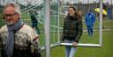 Het uitzetten van de veldjes is even wennen, ervaren ook de ouders van de spelertjes van VV Heerenveen.