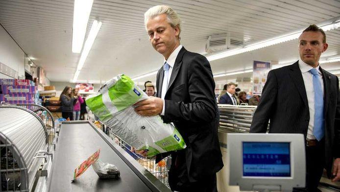 Geert Wilders doet vrijdag boodschappen in een spuermarkt voor een oudere vrouw in het kader van de boodschappen-begeleidingsdienst.