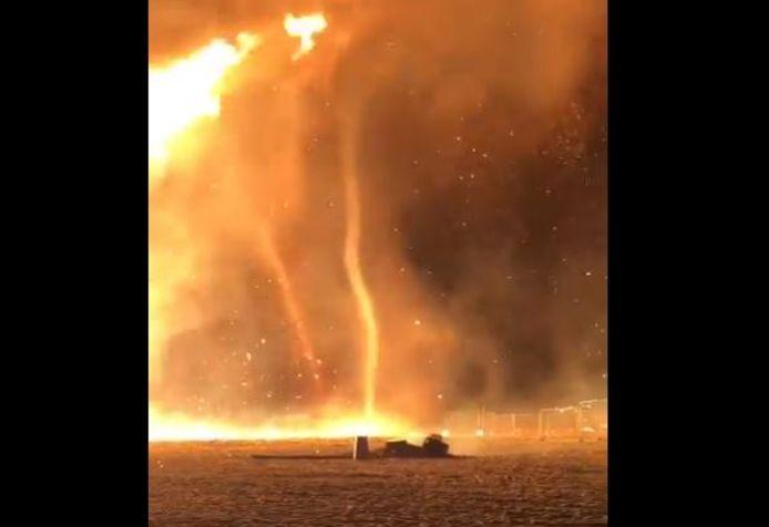 Het vreugdevuur in Scheveningen loopt uit de hand: vuurtornado's op het strand.