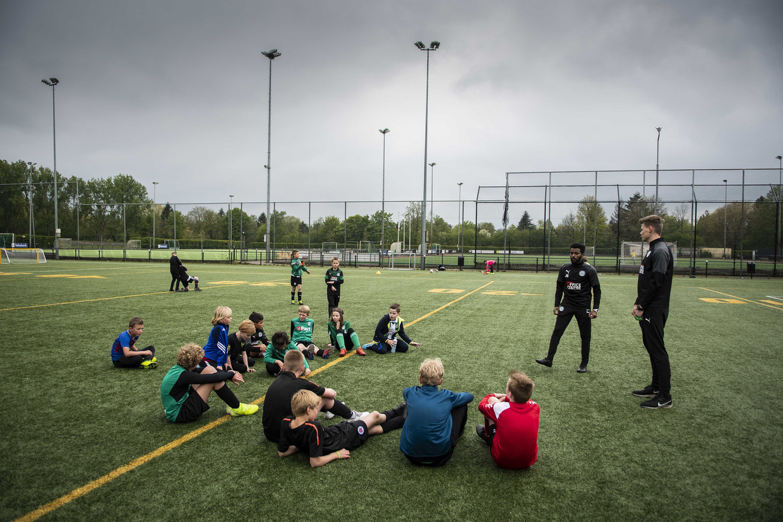 Kinderen krijgen voetballes onder leiding van professionele trainers tijdens FC Groningen on Tour.  Beeld ANP