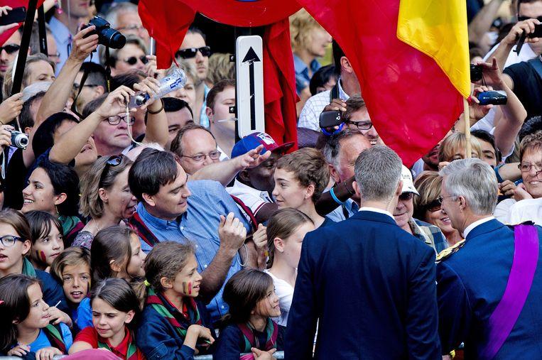 2013-07-21 BRUSSEL - Prins Filip (R) begroet toeschouwers bij de Sint-Michiels- en Sint-Goedelekathedraal. ANP ROYAL IMAGES ROBIN UTRECHT Beeld ANP