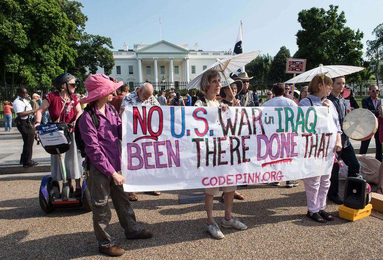 Activisten protesteren voor het Witte Huis tegen een nieuwe militaire interventie in Irak. Beeld afp