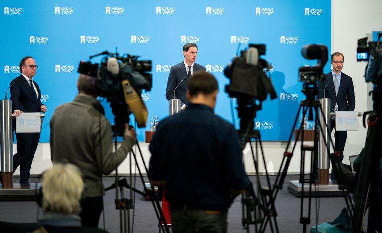 V.l.n.r: de ministers Koolmees (Sociale Zaken en Werkgelegenheid), Hoekstra (Financiën) en Wiebes (Economische Zaken) vorig jaar tijdens een persconferentie over het steun- en herstelpakket voor de economie.  Beeld Freek van den Bergh / de Volkskrant