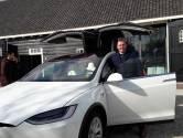 Zoevend in een Tesla naar het stembureau in Borsele