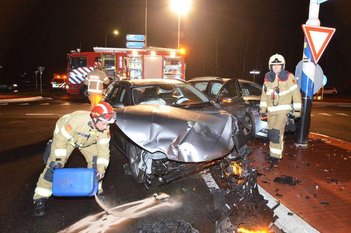Twee auto's zijn donderdagochtend vroeg op elkaar gebotst op de kruising van de Lochemseweg en de Almenseweg, tussen Vorden, Lochem, Almen en Warnsveld. Eén bestuurder raakte lichtgewond.