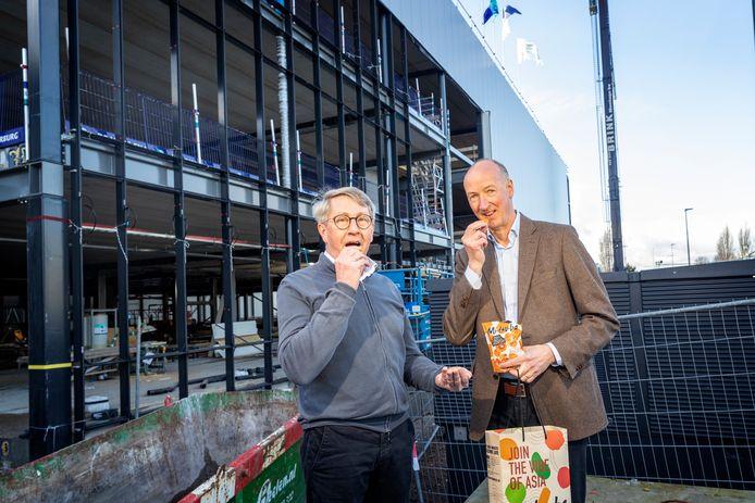 Robert Menken (r.) en Arjan Maaskant (Menken Orlando en Windhorst) eten een Japans zoutje voor de in aanbouw zijnde fabriek in Hazerswoude-Dorp.