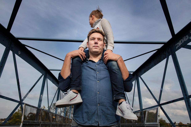 Erik Jan Paulus met zijn zoon op zijn schouders.