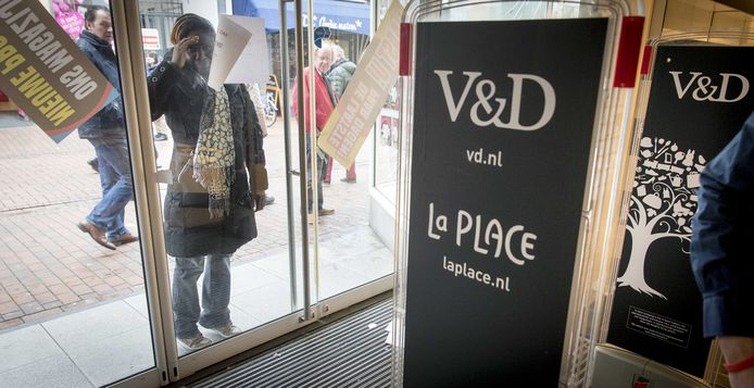 Het filiaal in Hilversum sluit op 23 februari als laatste zijn deuren nadat Vroom en Dreesmann nog enkele weken open ging voor een opheffingssale.