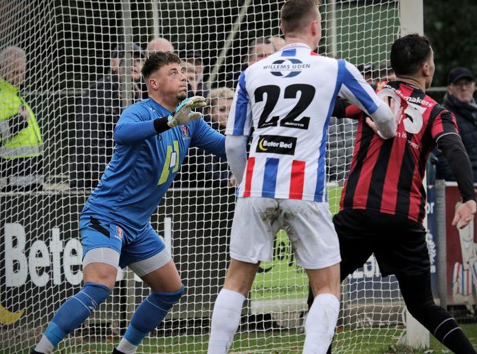 PVH Uden voetbal Udi'19 - OJC ; OJC keep Yorrit Kanters gefixeerd op de bal tijdens een Udi-corner BD SPORT Oost foto: Peter van Huijkelom