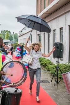 Directie Reinier de Graaf en stadsbestuur trakteren zorgpersoneel op rode loper en applaus