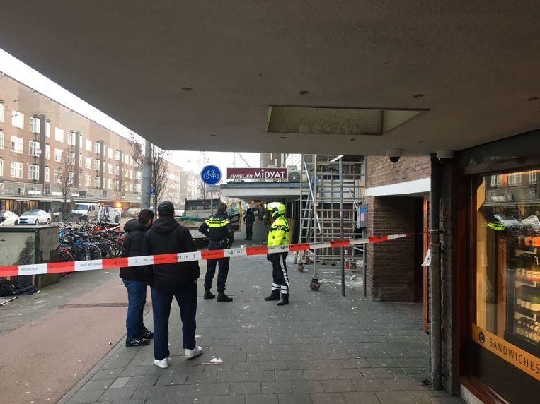 De Jan Evertsenstraat is dinsdagochtend deels afgezet. Beeld Het Parool
