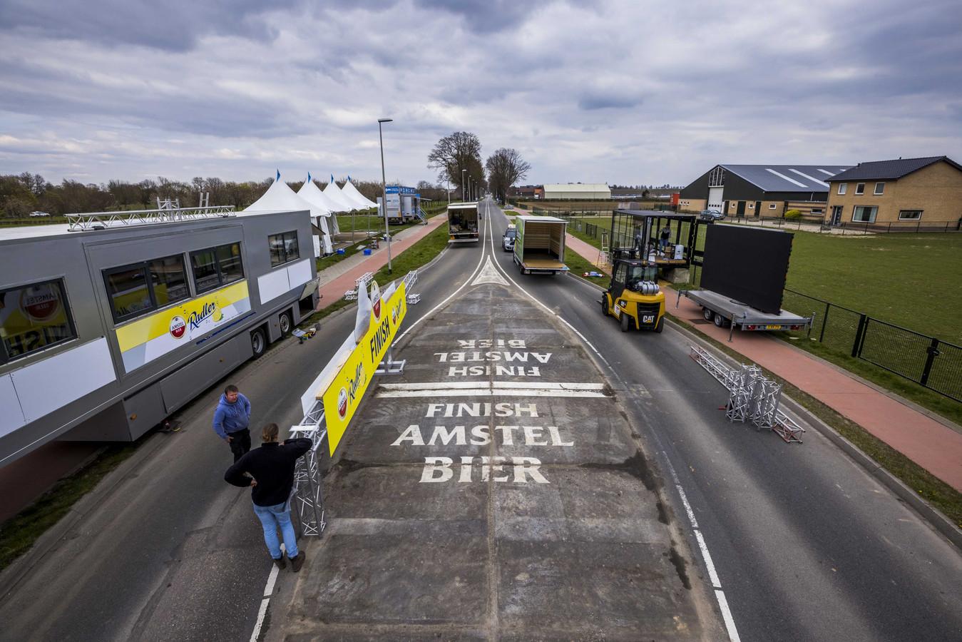 Opbouw van de finishpassage van de Amstel Gol Race.