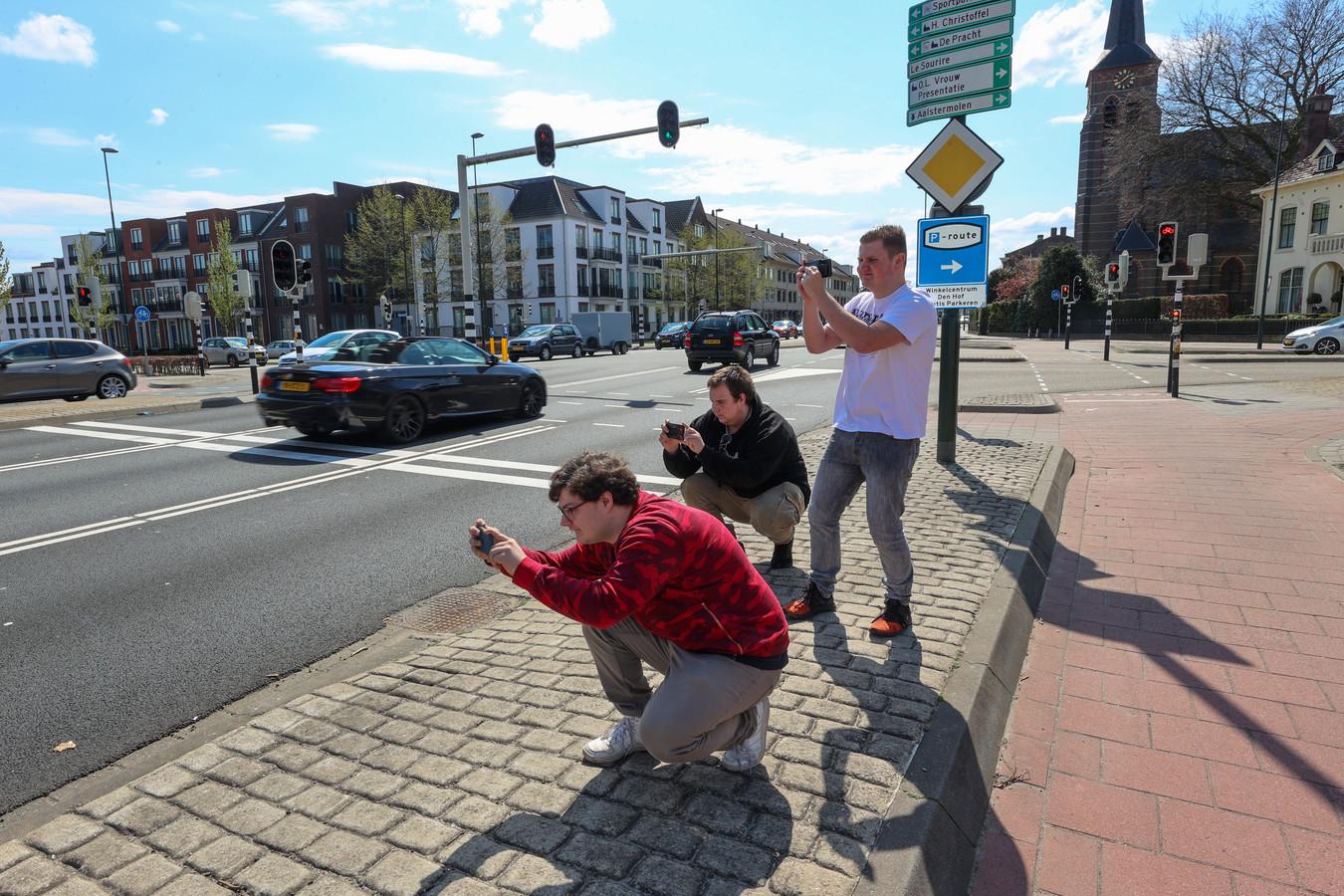 Carspotters Thomas van Osch (voor), Ryan Geboers (midden) en Timmie Jeuriëns (achter) zijn net als andere carspotters regelmatig te vinden op  het kruispunt Eindhovenseweg/Raadhuisstraat in Waalre.