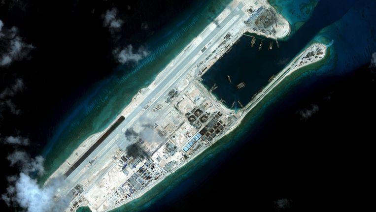 Fiery Cross Reef, een van de Spratly-eilanden, waarop China kennelijk een landingsbaan heeft aangelegd. Beeld reuters