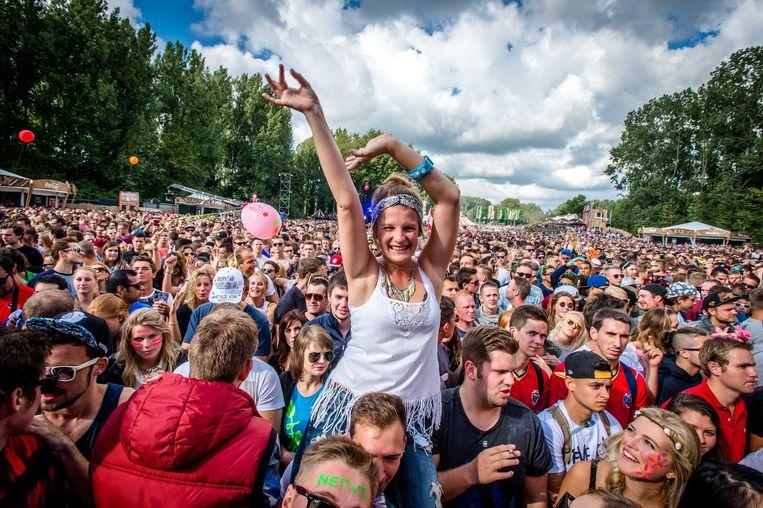 2014-08-23 15:15:32 HOOFDDORP - Publiek tijdens het optreden van de Amerikaanse DJ Steve Aoki op Mysteryland. De 21e editie van het dancefestival trekt 60.000 bezoekers. ANP KIPPA FERDY DAMMAN Beeld ANP Kippa