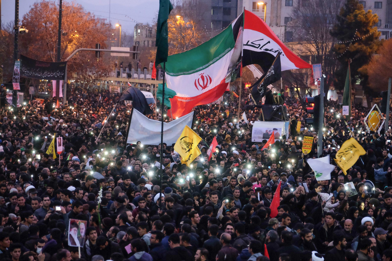Iraniërs verzamelen in de stad Mashhad, in het noordoosten van Iran, om hulde te brengen aan de gedode generaal Qassem Soleimani, de feitelijke nummer twee van het land.  Beeld AFP